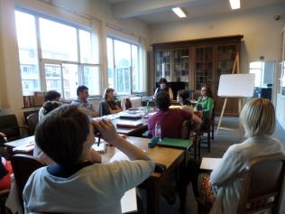 I partecipanti pongono alla relatrice numerose domande
